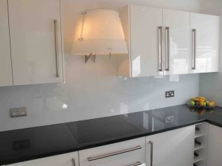 White glass splashback made to measure - Glass360.co.uk