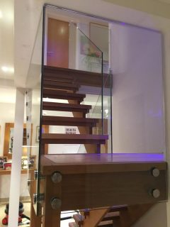 Frameless glass balustrade for staircase